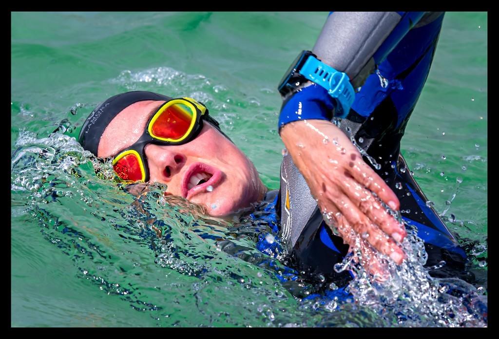 Triathletin beim Schwimmtraining im Meer und Ozean