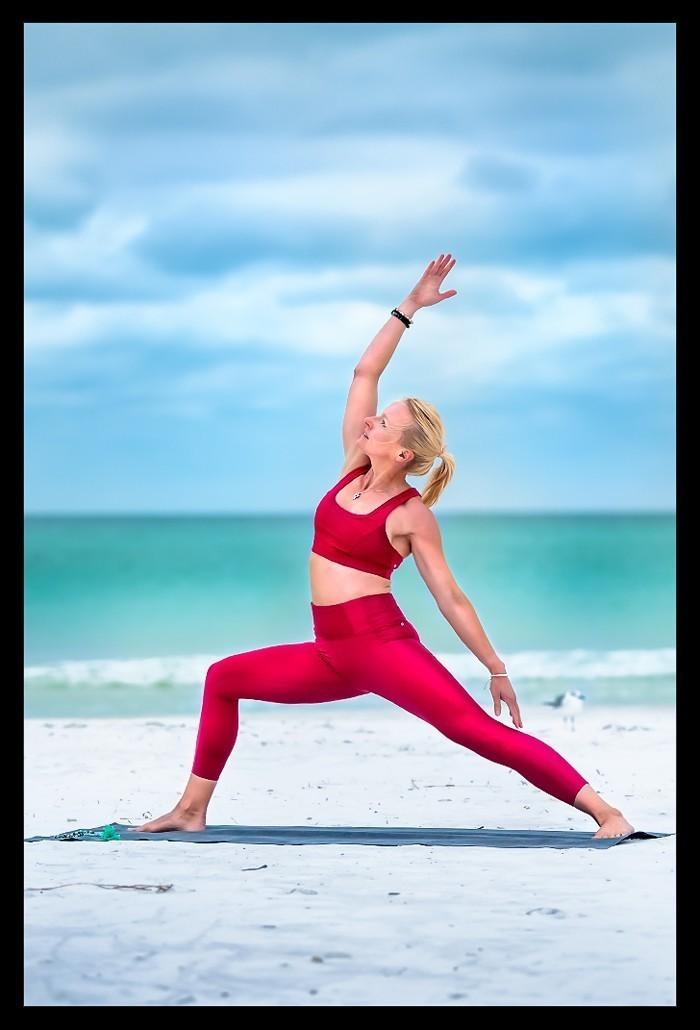 Shanti Virabhadrasana Friedvoller Krieger Yoga am Strand