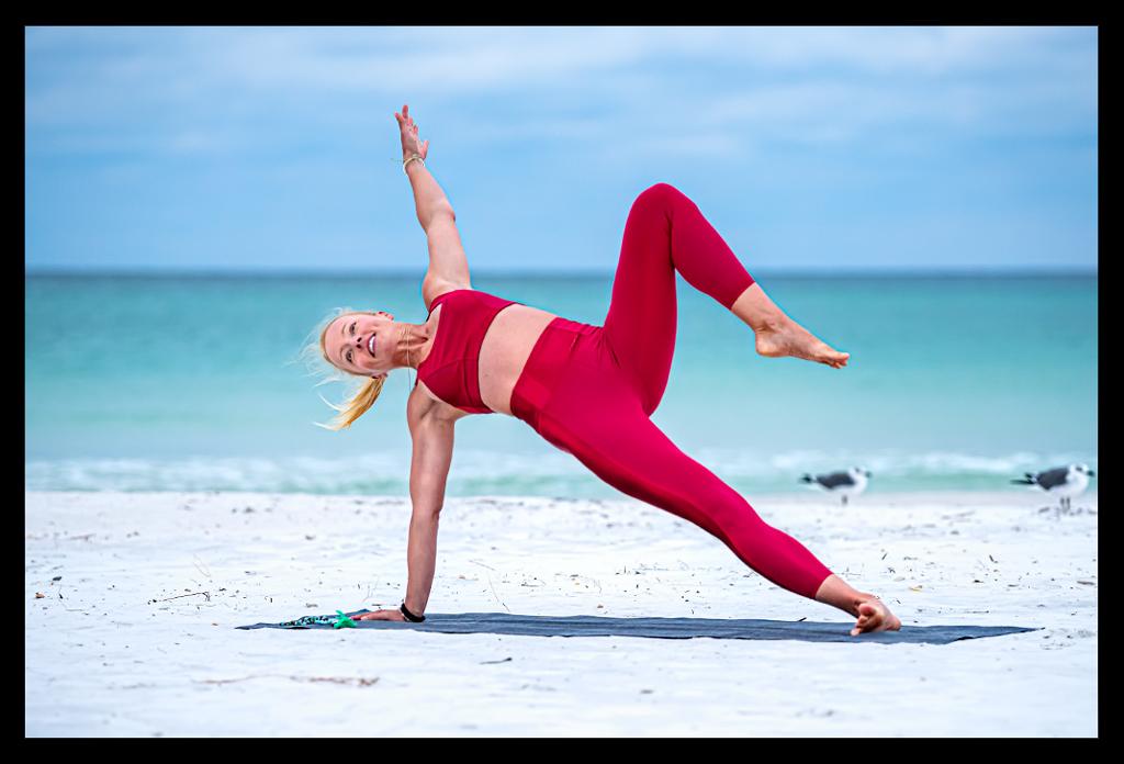 Yoga Seitstütz Vasisthasana Variation am Strand
