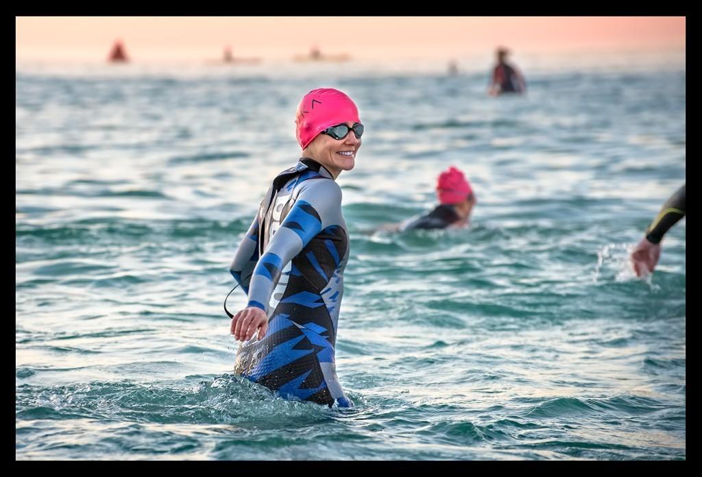 Ironman Florida Triathletin in Panama City Beach am Strand Beach bei Sonnenaufgang vor Start Schwimmen Swim
