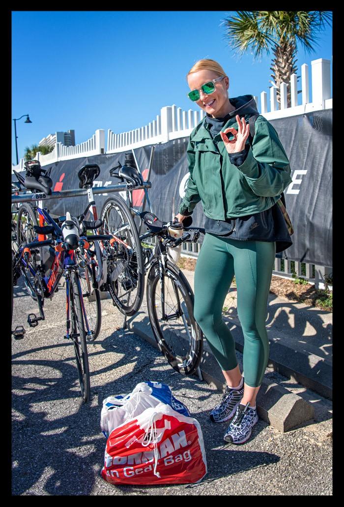 Blonde Triathletin mit Zeitfahrrad in Wechselzone Ironman Florida Panama City Beach