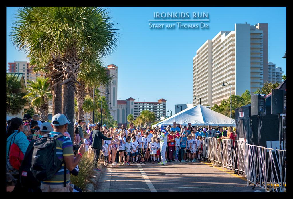 Ironman Florida Kids Run viele Kinder auf Straße in Panama City Bech