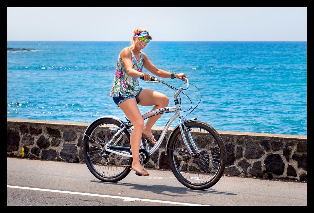 Frau auf Beach Cruiser am Ozean