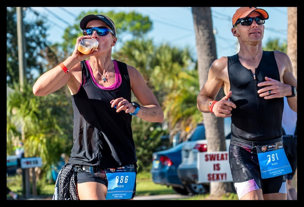 Triathletin beim Ironman Florida mit eigenem Getränk auf Laufstrecke