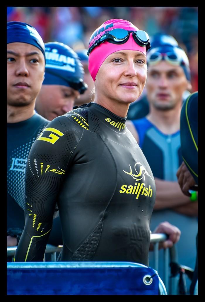 Triathlon am Schwimmstart beim Ironman Frankfurt in Neoprenanzug mit Badekappe und Schwimmbrille