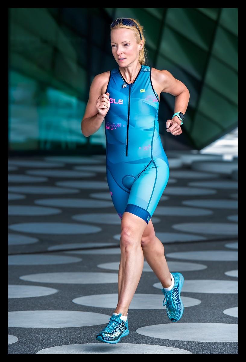 Triathletin in Berlin beim Lauftraining am Futurium im TriSuit