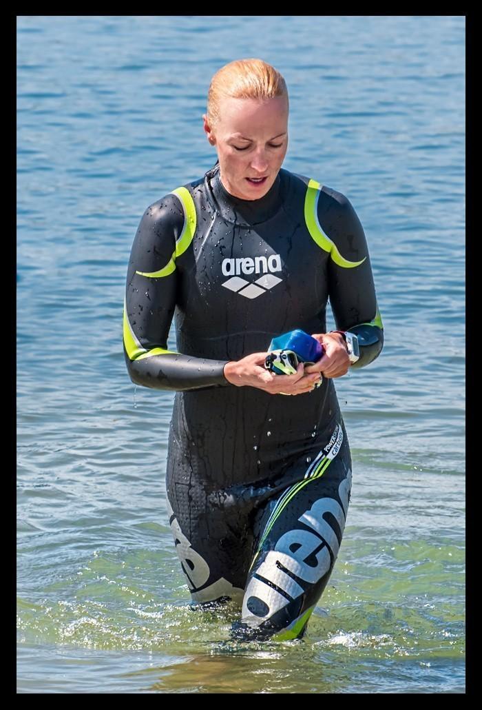 Triathletin beim Schwimmtraining im Neoprenanzug Carbon Arena Triathlon im See Meer Ozean