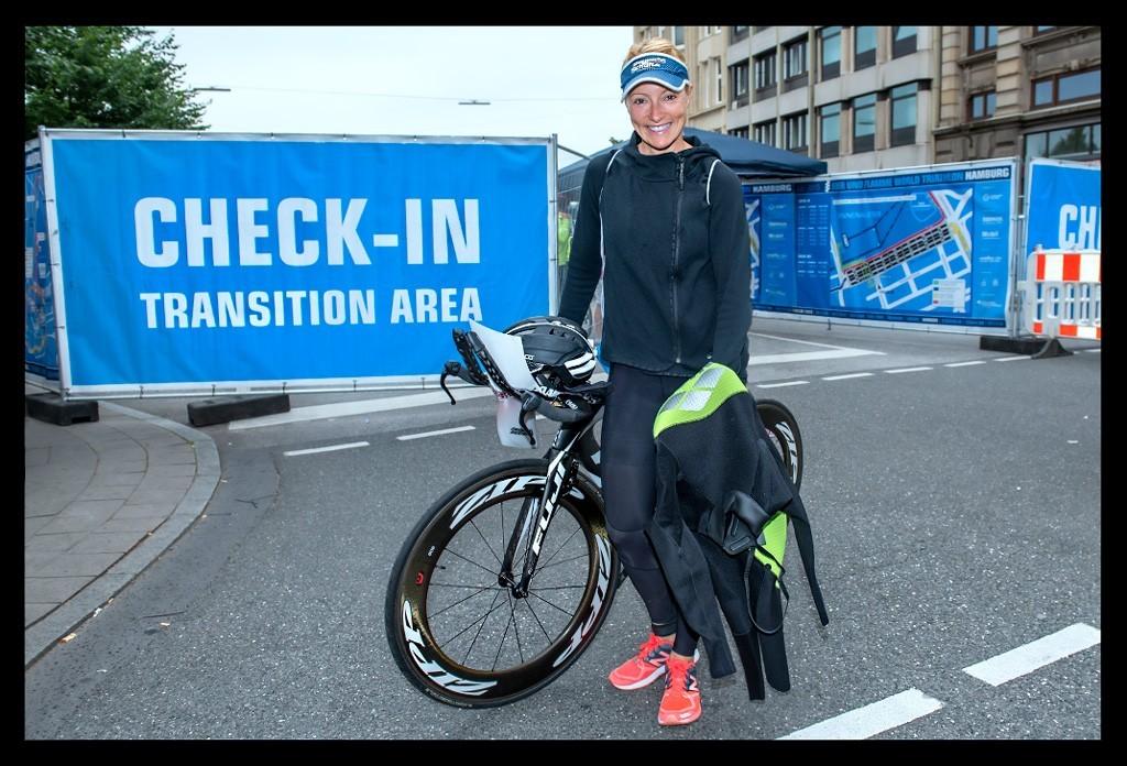 Triathlon in Hamburg vor ITU Wand