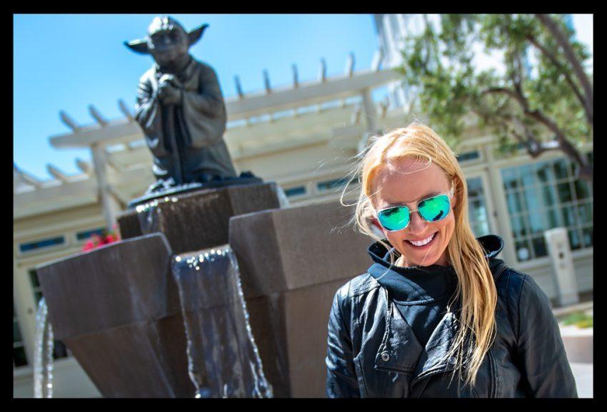San Francisco Yoga Fountain Statue mit lächelnder Frau bei Lucas Film