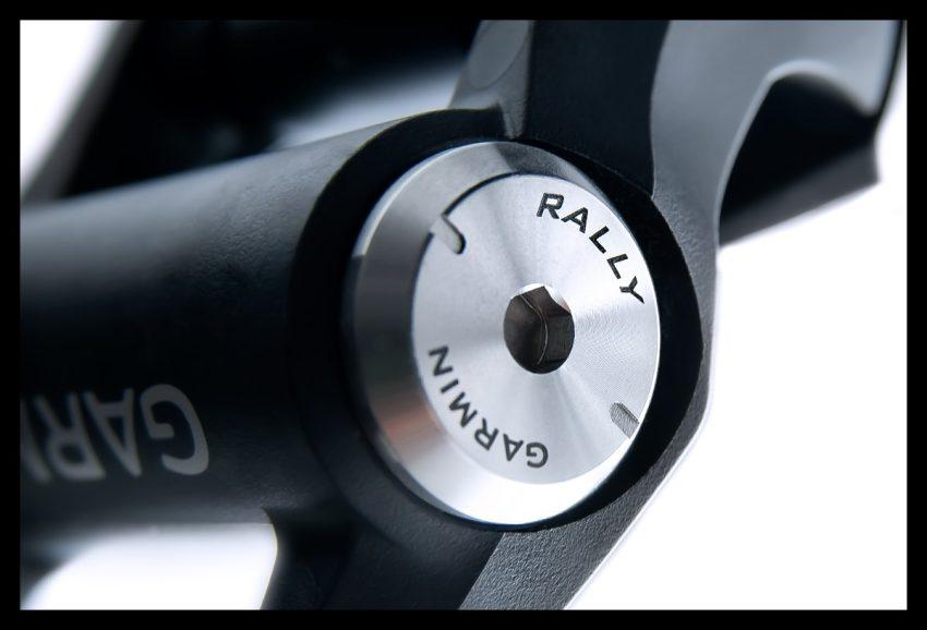Garmin Rally Wattmess Pedalsystem Pedale Powermeter Set auf weißem Hintergrund Nahaufnahme Batteriefach