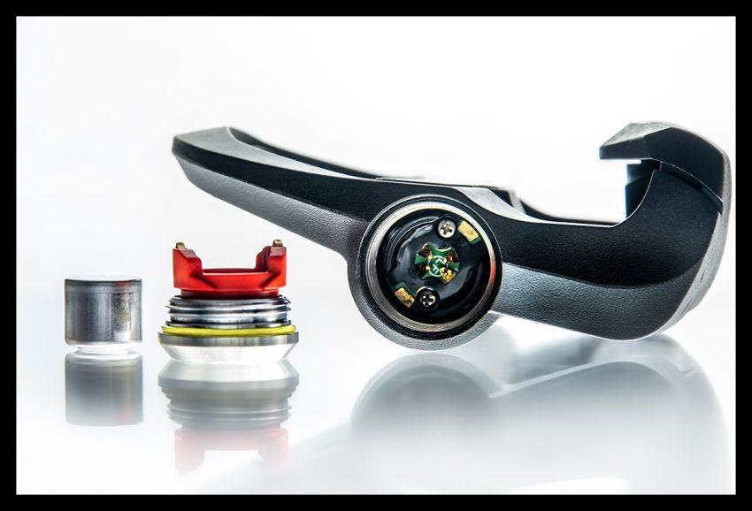 Garmin Rally Wattmess Pedalsystem Pedal Powermeter auf weißem Hintergrund Nahaufnahme Batteriefach offen mit Batterie und Abdeckung