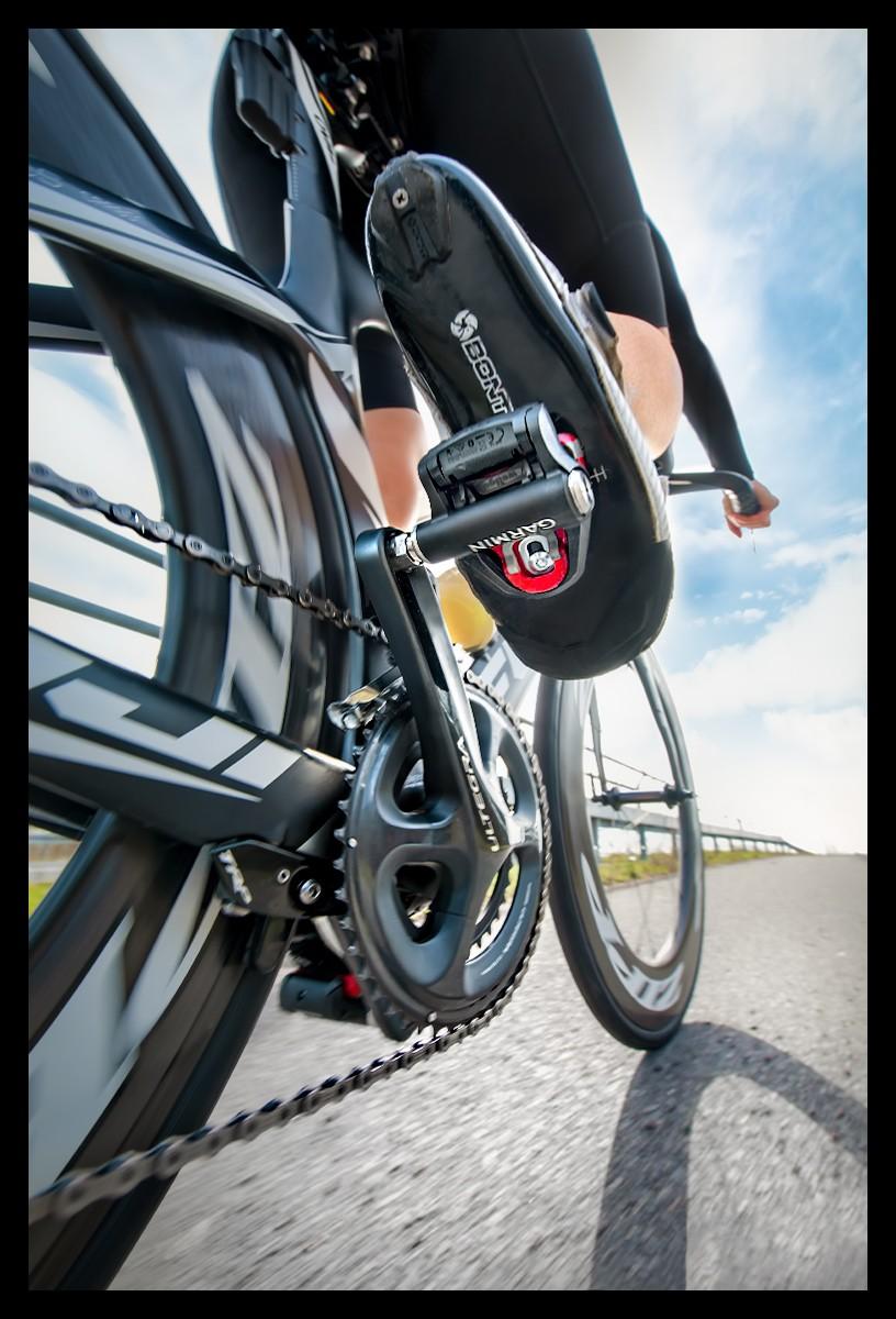 Rally Wattmesssystem Garmin Powermeter Pedal von unten am Zeitfahrrad am Radschuh mit Cleats Nahaufnahme Sportfotografie