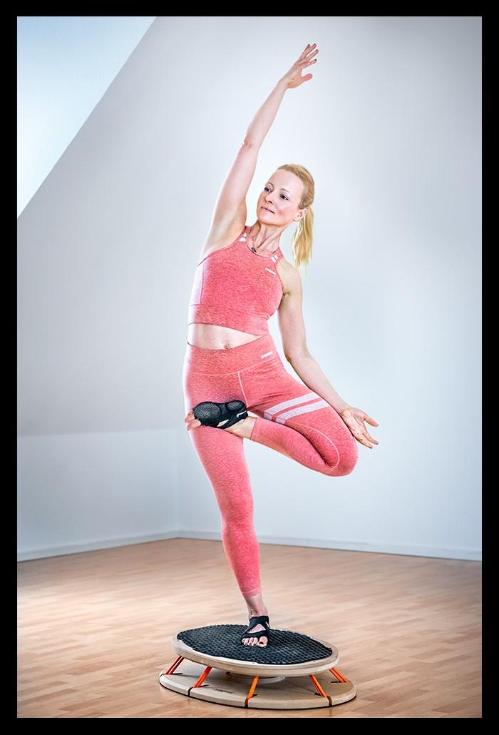 Triathletin Nadin beim Athletik Stabilität Übungen Sensoboard Propriozeptives Training Yoga Baum Asana