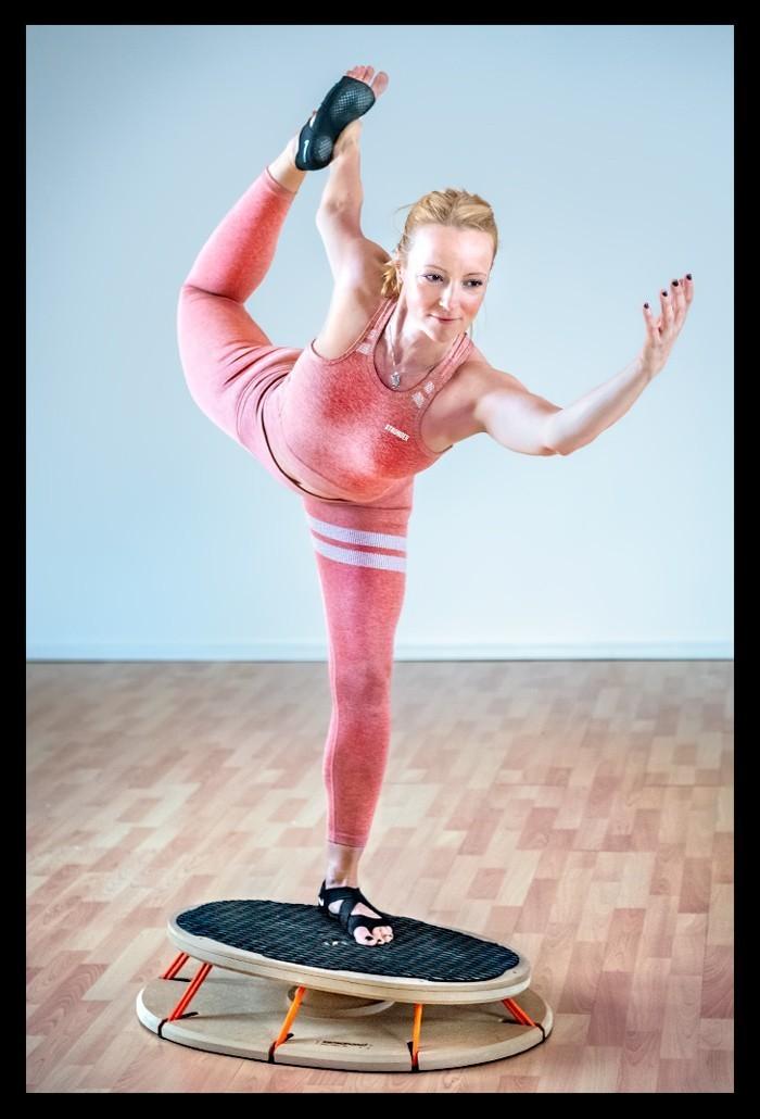 Triathletin Nadin beim Athletik Rumpfstabilität Sensoboard Propriozeptives Training Yoga Tänzer Asana