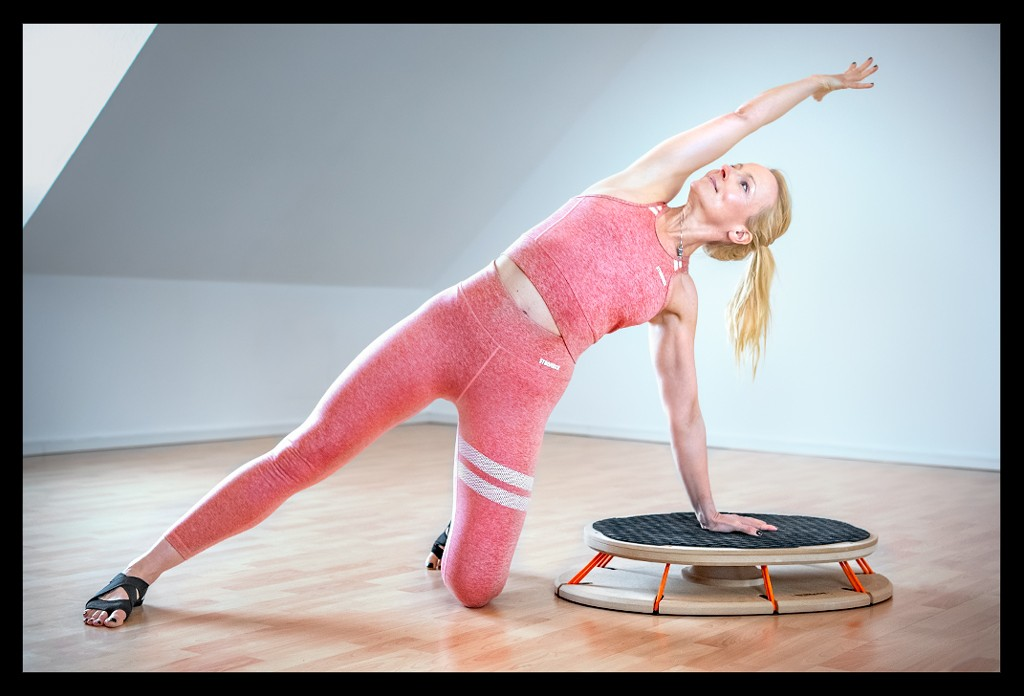 Triathletin Nadin beim Athletik Rumpf Stabilität Sensoboard Propriozeptives Training Yoga Seitstütz Asana