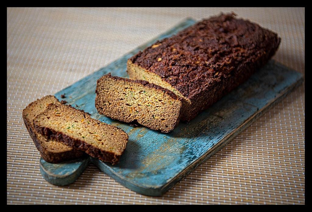 Nahaufnahme Kokosbrot auf Holzbrett Paleo und glutenfrei ohne Mehl Rezept Artikel