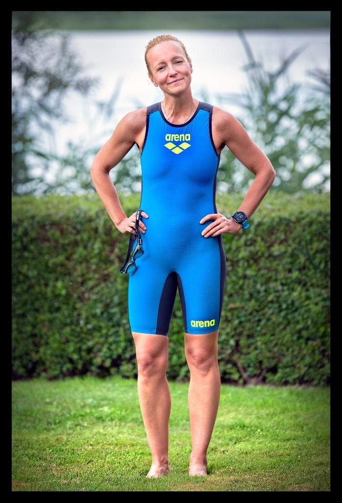 Triathletin in blauem Arena Speed Suit mit Schwimmbrille und GPS Sportuhr von Garmin Forerunner 945
