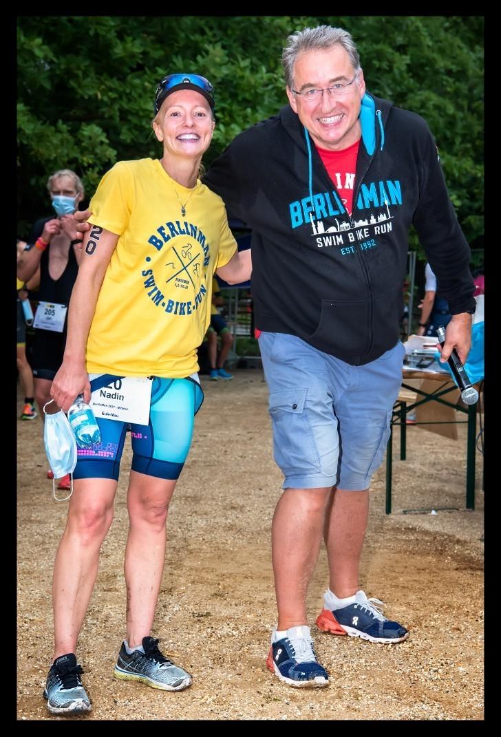 Triathletin beim BerlinMan Triathlon im Ziel lachend