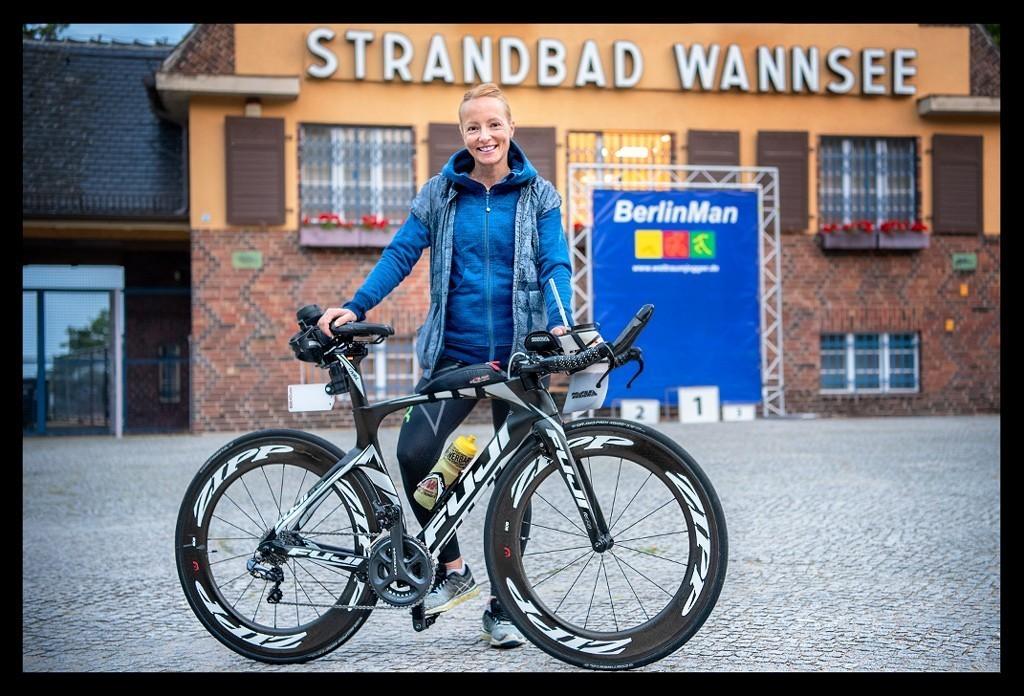 Triathletin und Bloggerin Nadin von Eiswuerfelimschuh vor dem Start BerlinMan Triathlon am Strandbad Wannsee mit Zeitfahrrad