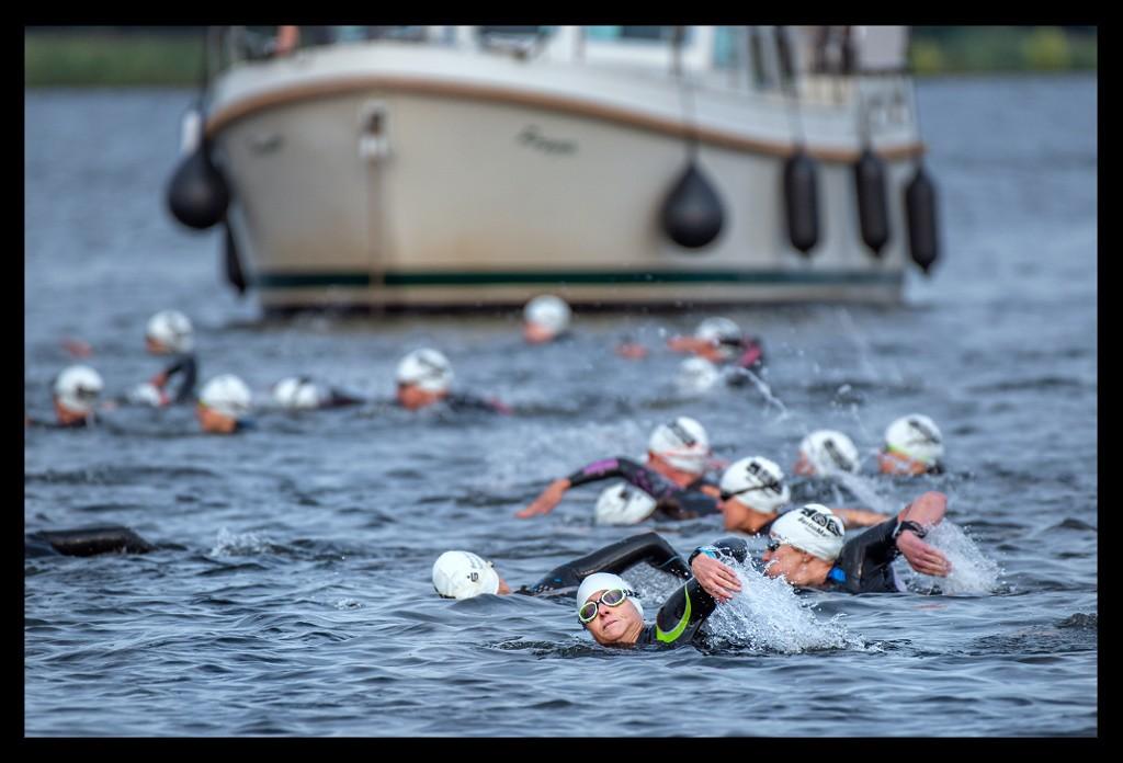 Triathletinnen beim BerlinMan beim Schwimmstart im Wasser kloschwimmend