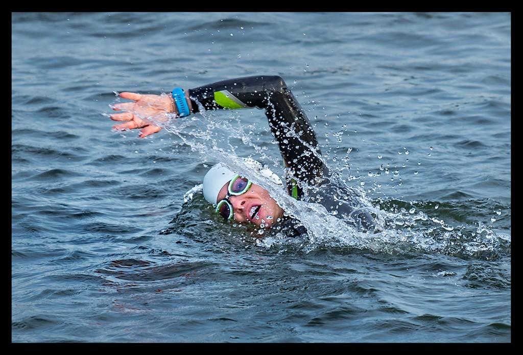 Triathletin und Bloggerin Nadin von Eiswuerfelimschuh vor dem Start BerlinMan im Neoprenanzug und mit Badekappe und Schwimmbrille im Wasser beim Schwimmen