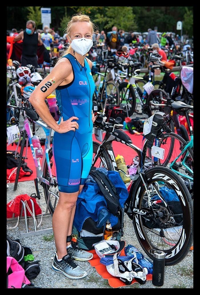 Triathletin und Bloggerin Nadin von Eiswuerfelimschuh im TriSuit vor dem Start BerlinMan Triathlon in Wechselzone vor Zeitfahrrad